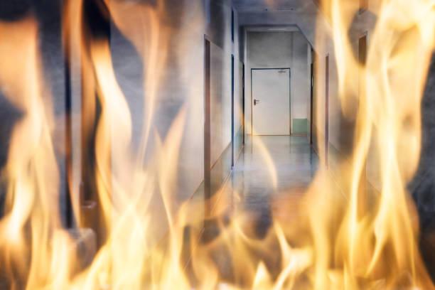 feuer brennt auf dem flur des gebäudes - kinderlandverschickung stock-fotos und bilder