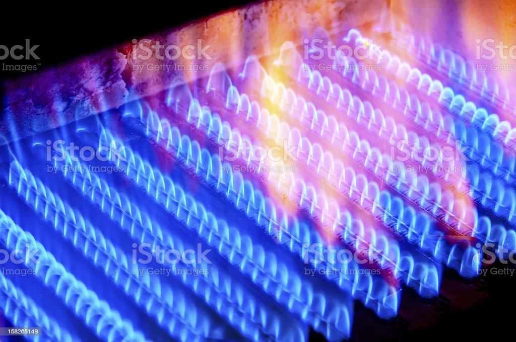 Feuer brennt von gas-Kochfeld im boiler. – Foto