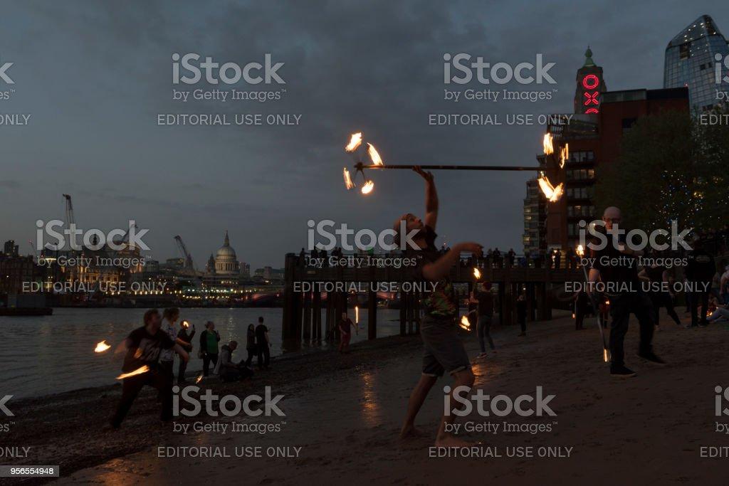 Feuer, tanzen in der Themse, Gabriels Pier in London, England - Lizenzfrei Abenddämmerung Stock-Foto