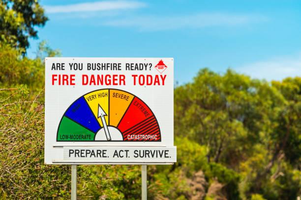 brandgevaar status en bush brand ready sign - bosbrand stockfoto's en -beelden