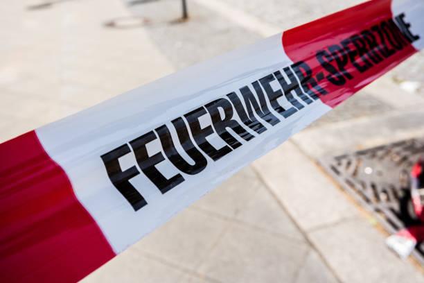 feuerwehr sperrzone band - feuerwehrmann deutsch stock-fotos und bilder