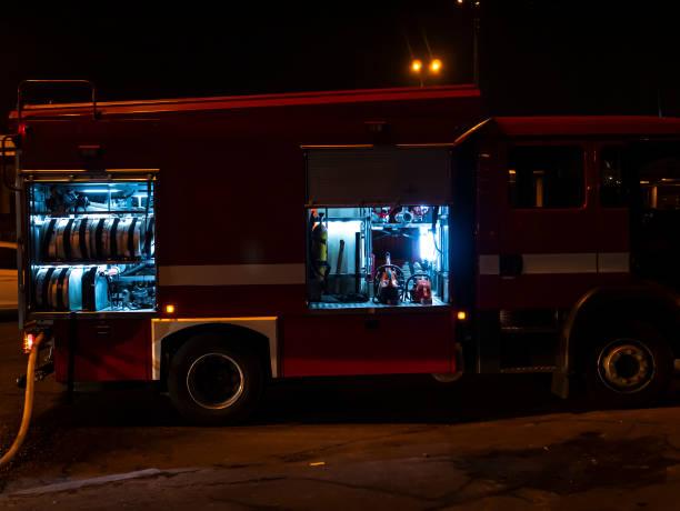 brandweerwagen tijdens het blussen 's nachts. - pics of the redtube stockfoto's en -beelden