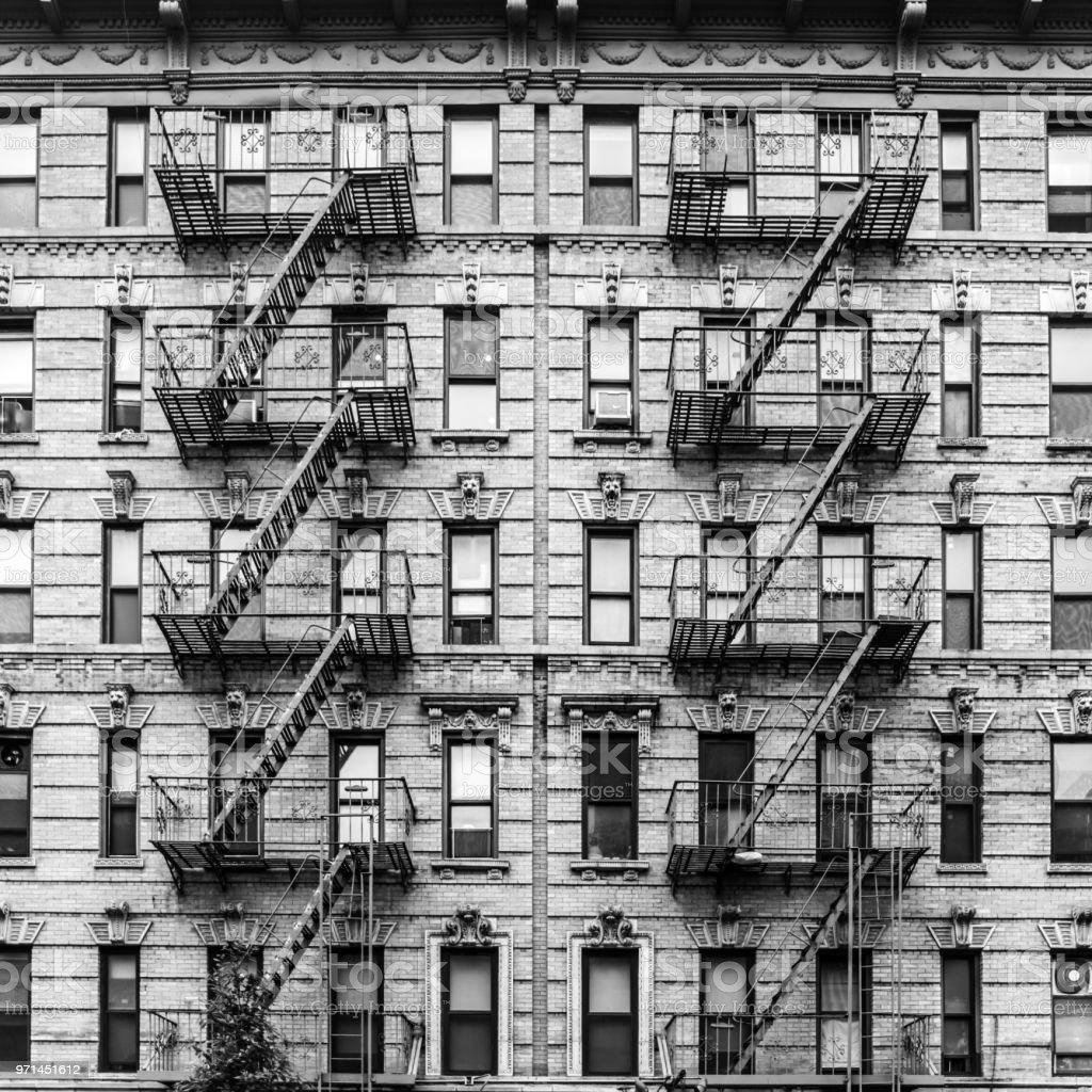 Eine Feuerleiter eines Mehrfamilienhauses in New York city – Foto