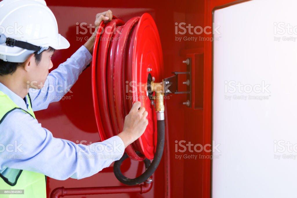 Carretel da mangueira de extintor de incêndio e fogo - foto de acervo