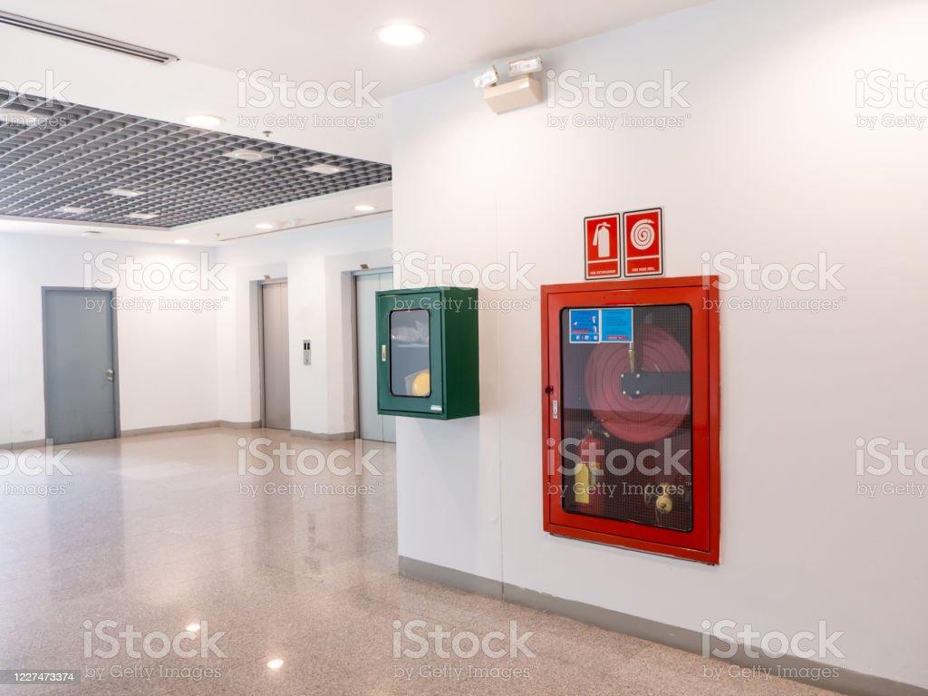 Feuerlöscherschrank im Bürogebäude zur Vorbereitung auf Brandverhütung - Lizenzfrei Alarm Stock-Foto