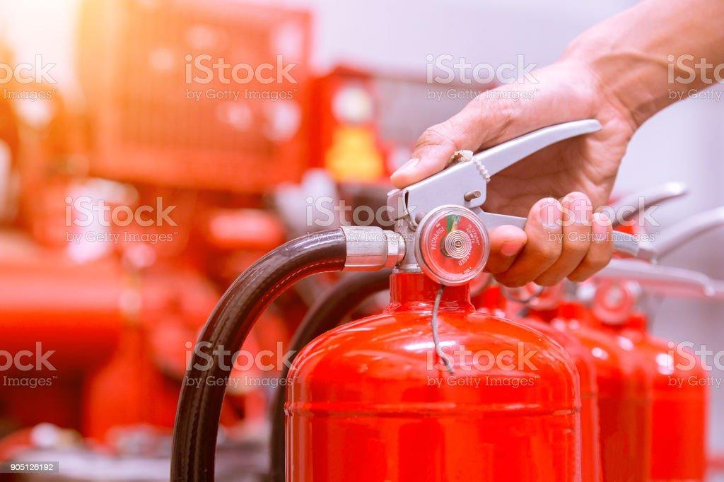 disponível em emergências de incêndio extintores de incêndio. - foto de acervo