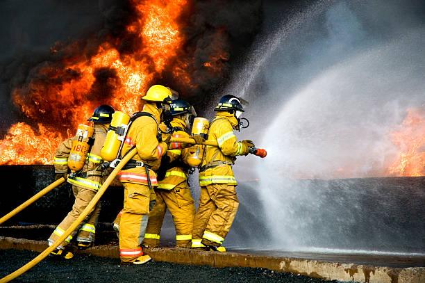 lutte contre les incendies - pompier photos et images de collection