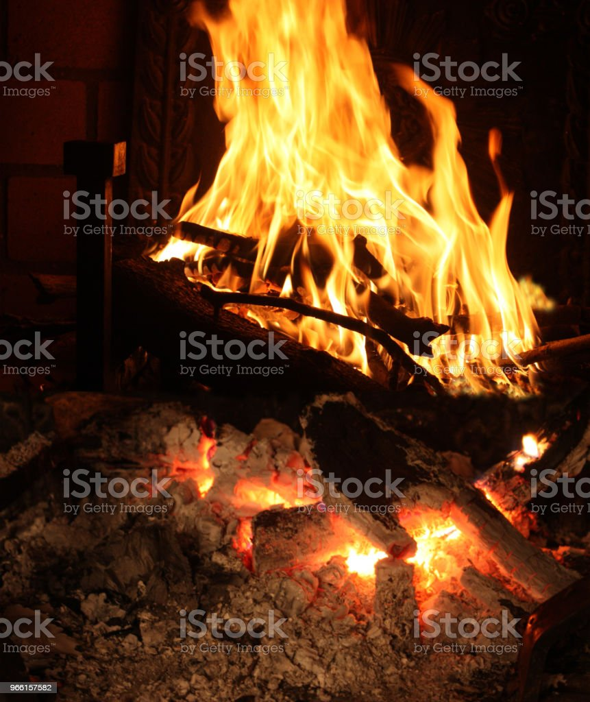 Chimenea de fuego leña - Foto de stock de Calor libre de derechos
