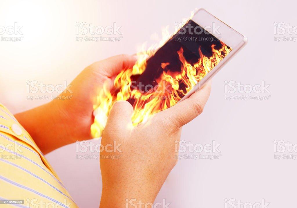 Brand hand hålla eld smartphone. bildbanksfoto