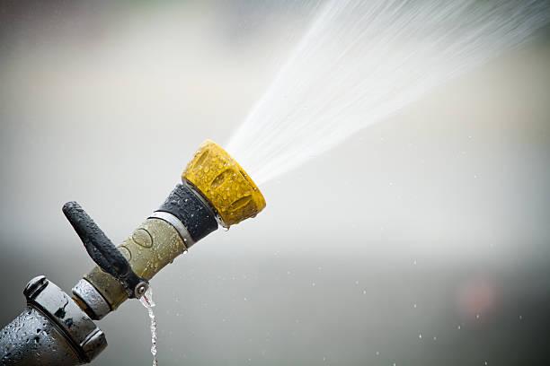 idrante tirare fuori l'acqua - 2010 foto e immagini stock
