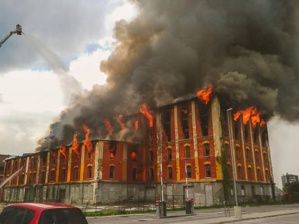 Feuer In einem alten Gebäude – Foto