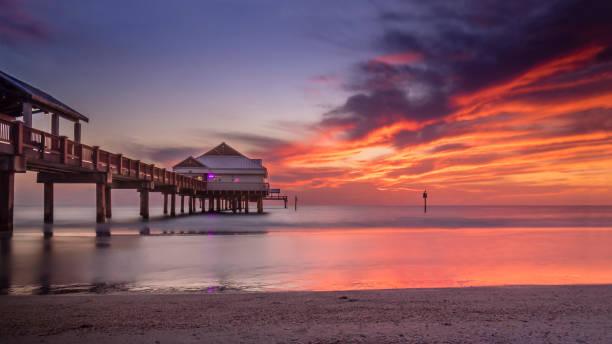feuer am himmel - golfküstenstaaten stock-fotos und bilder