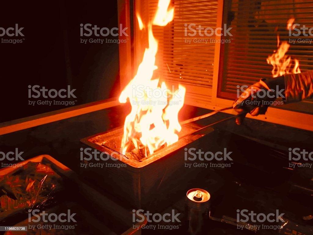 バーベキューツールに火をつけます。 - まぶしいのロイヤリティフリーストックフォト