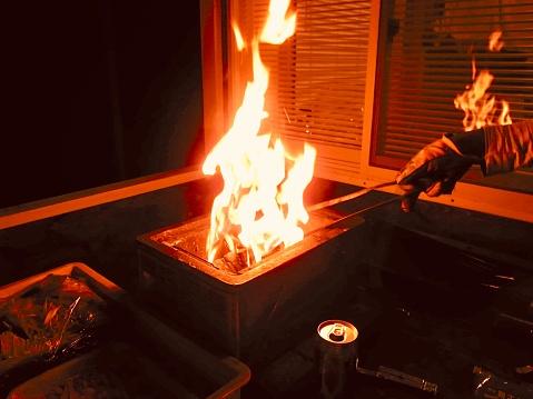 バーベキューツールに火をつけます - まぶしいのストックフォトや画像を多数ご用意