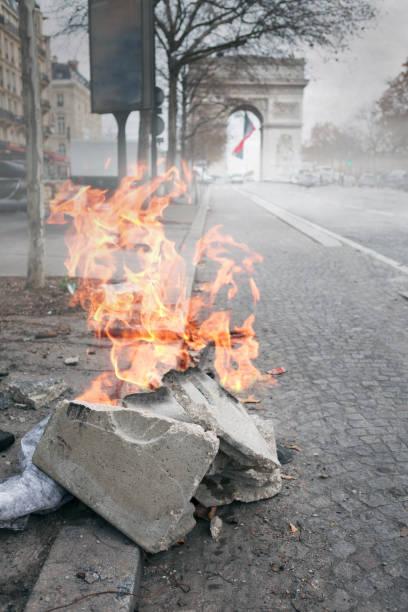 Feu sur les Champs-Elysées après des manifestations violentes à Paris, France - Photo