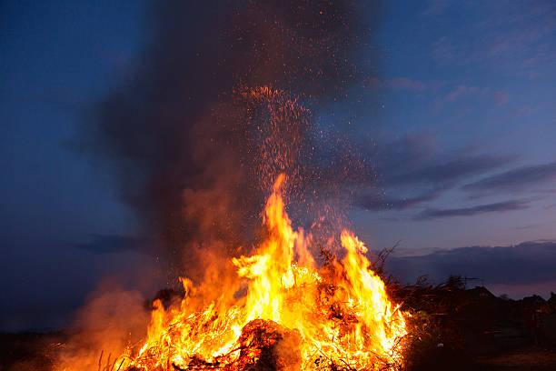 fire  - osterfeuer stock-fotos und bilder