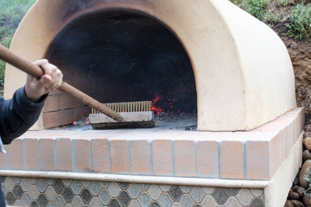 vorbereitung für pizza backen im backofen im freien feuer - pizzaofen garten stock-fotos und bilder