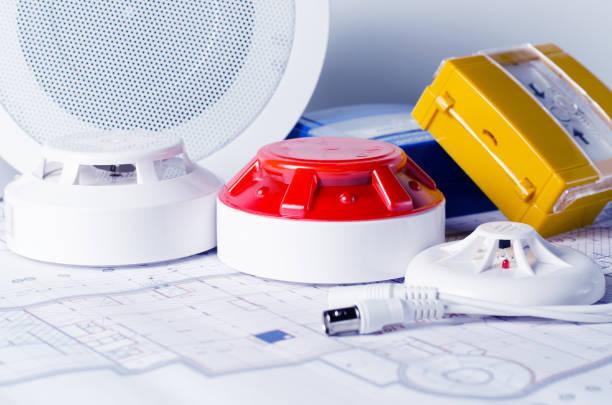 brandbeveiliging apparatuur en blauwdruk op een tafel. goed voor de veiligheid servise engeniering bedrijf site - alarm, home, stockfoto's en -beelden