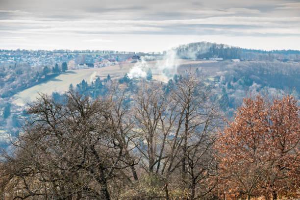 Ein Feuer irgendwo auf dem Feld oder im Wald in der Nähe des Dorfes – Foto
