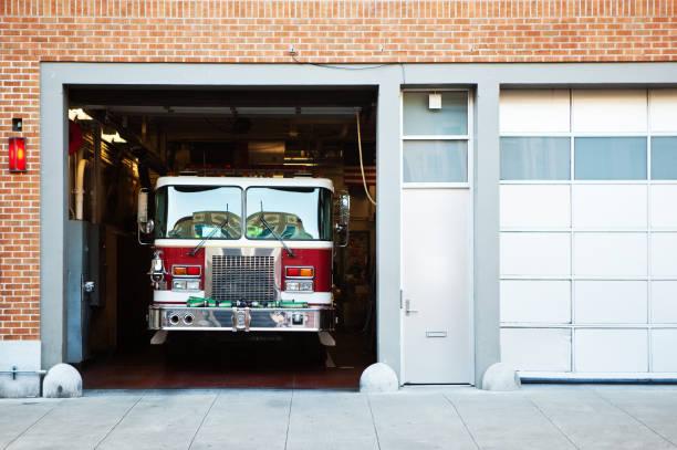 incendio camión de bomberos. - bombero fotografías e imágenes de stock
