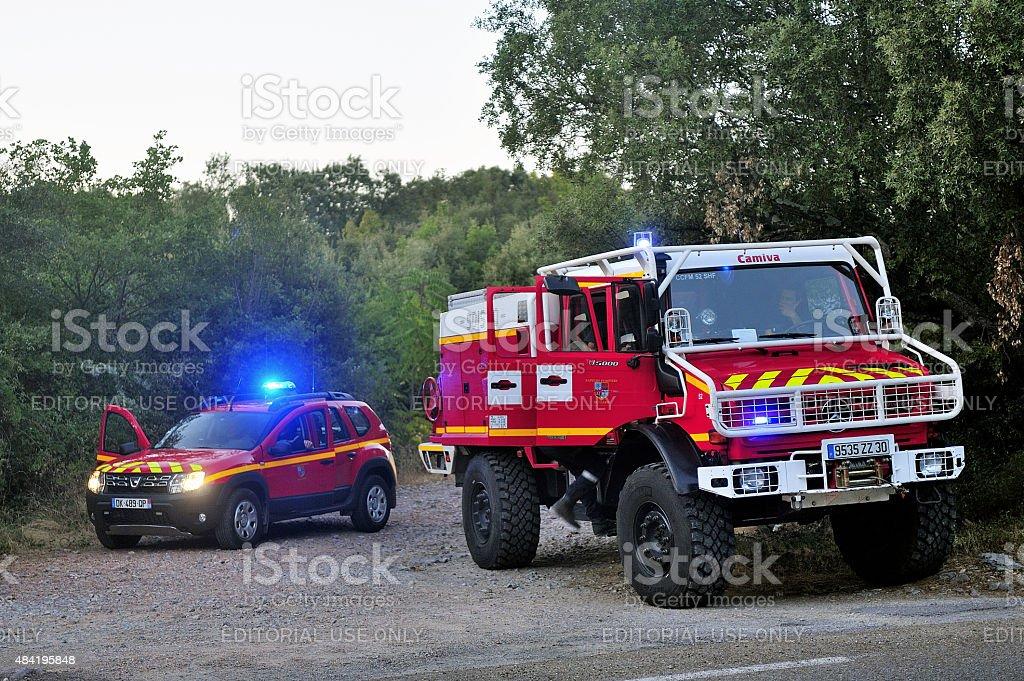 Fuego camiones en la entrada de un bosque carretera - foto de stock