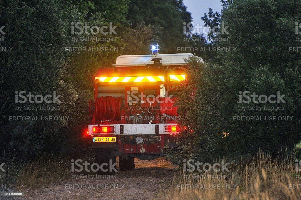 Fuego camiones en un bosque carretera - foto de stock