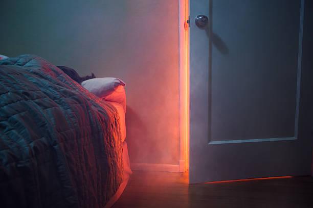 Feu Visible à travers la porte de la chambre - Photo