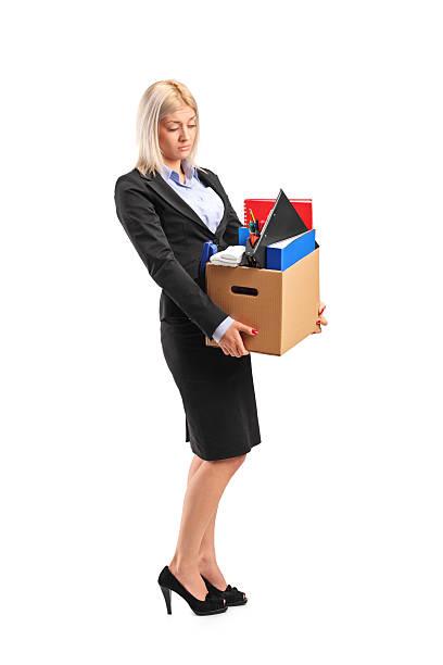 felice donna d'affari che porta una scatola di articoli personali - oggetti personali foto e immagini stock