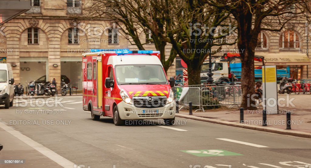 ambulance pompier conduire vite sur une rue - Photo
