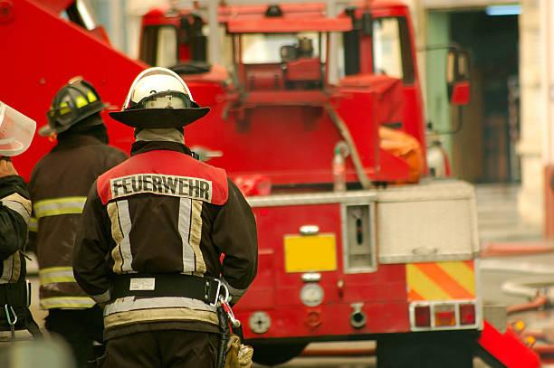 feuerwehrmann und feuerwehrwagen - feuerwehrmann deutsch stock-fotos und bilder