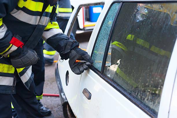 Feuerwehrmann bricht Glas auf Auto – Foto