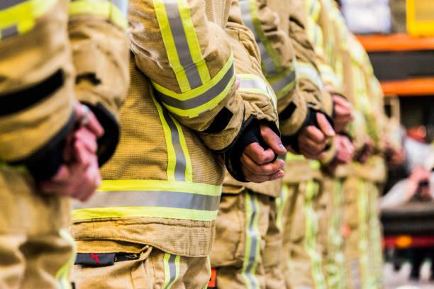feuerwehr ausrüstung feuerbeständig hose und helm notdienste - laschet stock-fotos und bilder