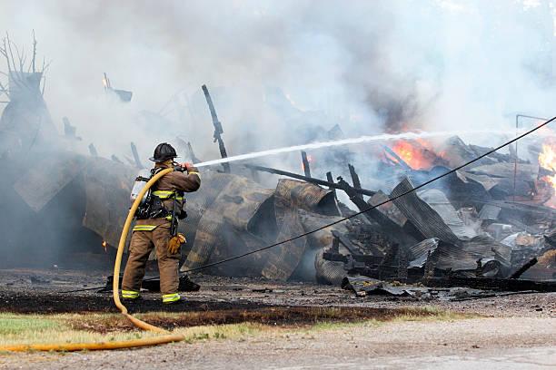 Feuerwehrmann gegen Scheune explosion – Foto