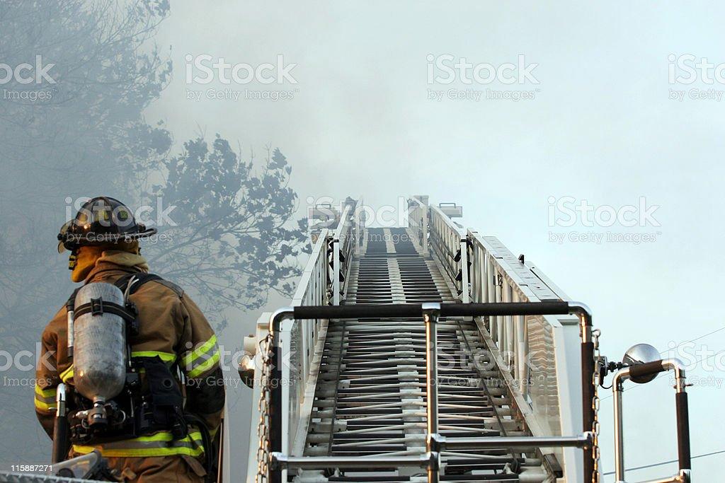 Feuerwehrmann auf einer Leiter – Foto