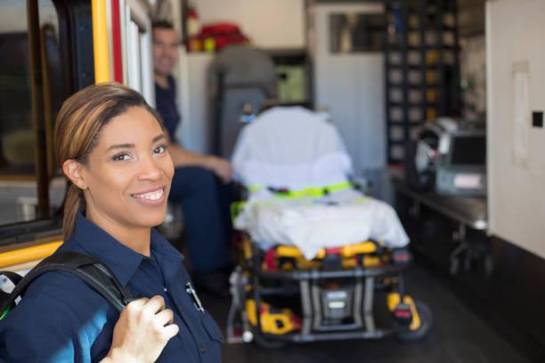pompier  - auxiliaire médical photos et images de collection