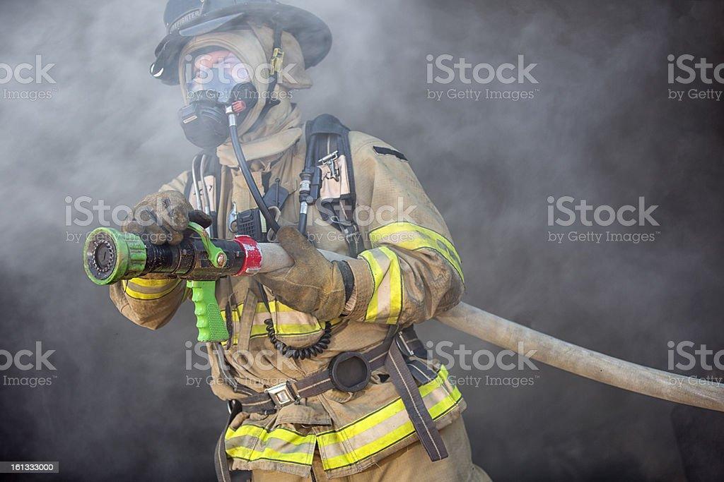 Feuerwehrmann bereit, spray Wasser – Foto