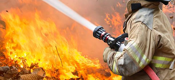 bomberos batalla un wildfire - bombero fotografías e imágenes de stock