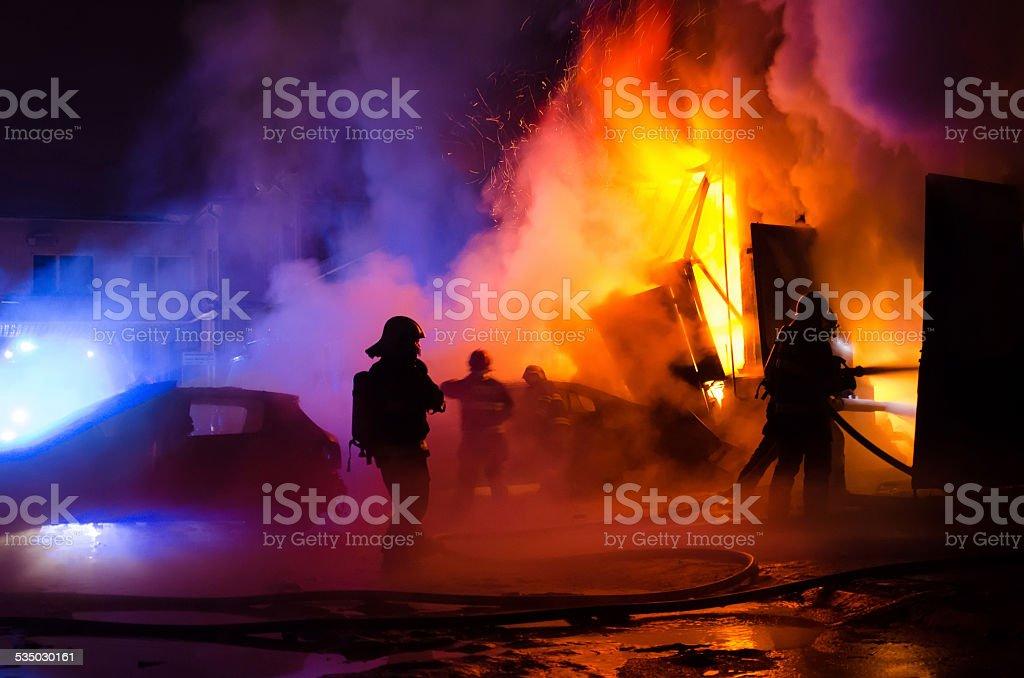 Bombeiros combate a incêndio - foto de acervo
