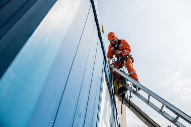 strażacy w akcji ratunkowej - wypadek na dachu - kask ochronny odzież ochronna zdjęcia i obrazy z banku zdjęć