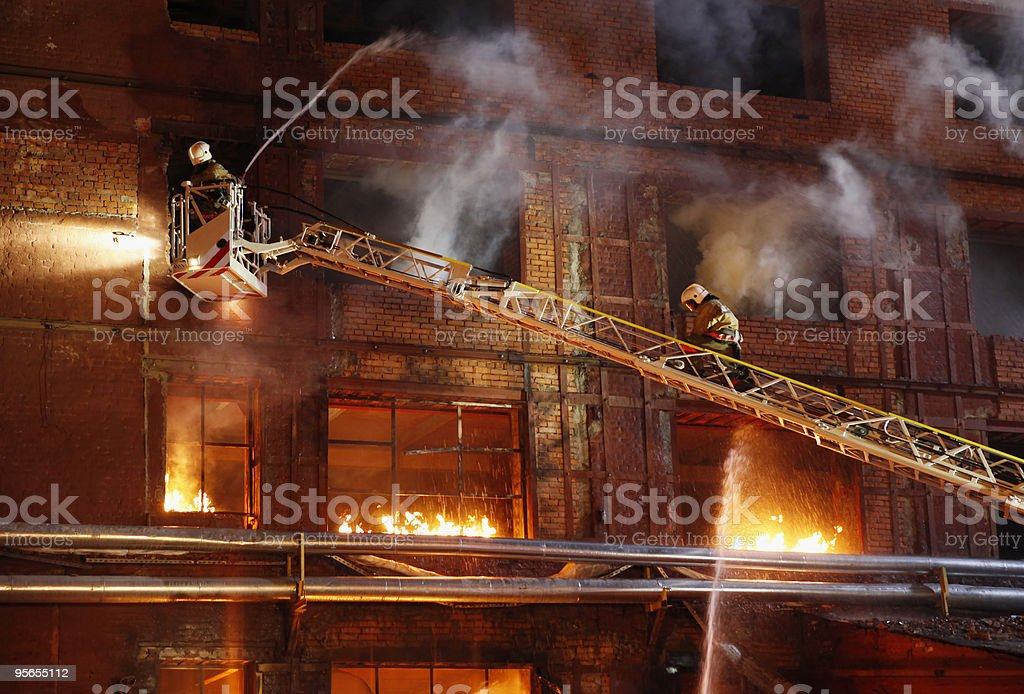 Contra um caminhão de bombeiros - foto de acervo