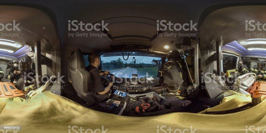 Bomberos sentados en el coche de bomberos - foto de stock
