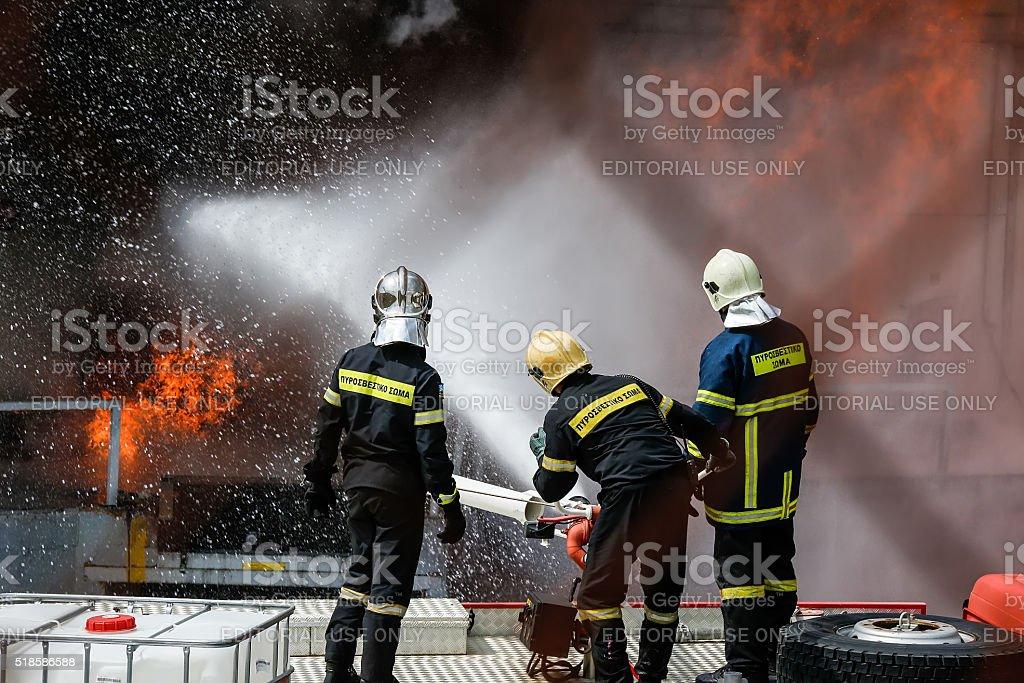 Bombeiros luta para extinguir o fogo que quebrou - foto de acervo