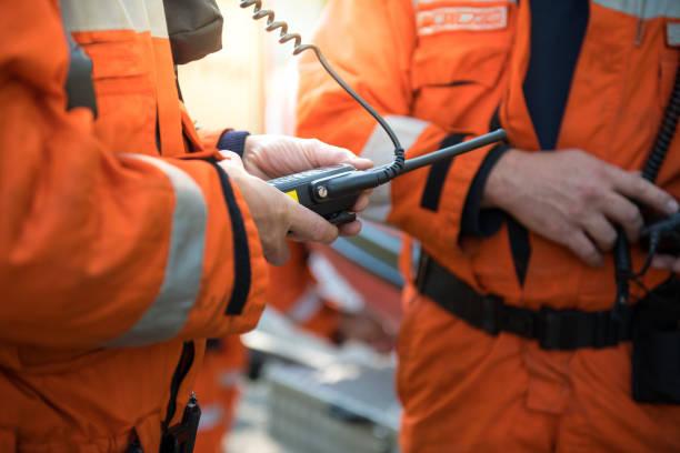 sauver les pompiers à l'aide de talkie walkie, opération close up - desastre natural photos et images de collection