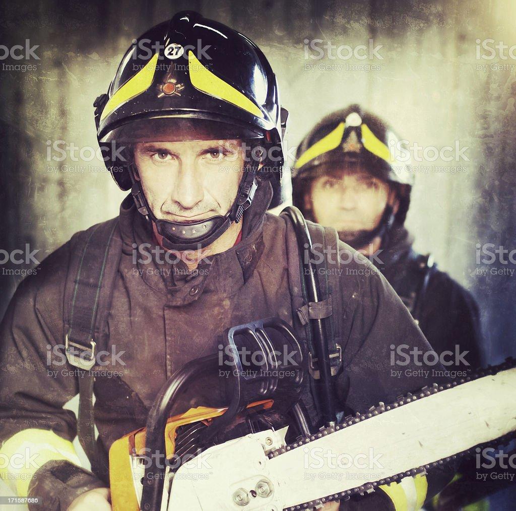 Bomberos con sierra de cadena en acción - foto de stock