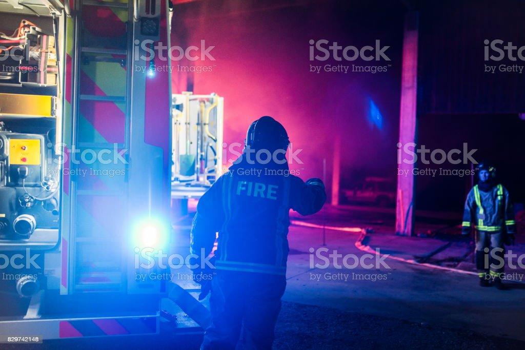 Brandmän arbetar bildbanksfoto