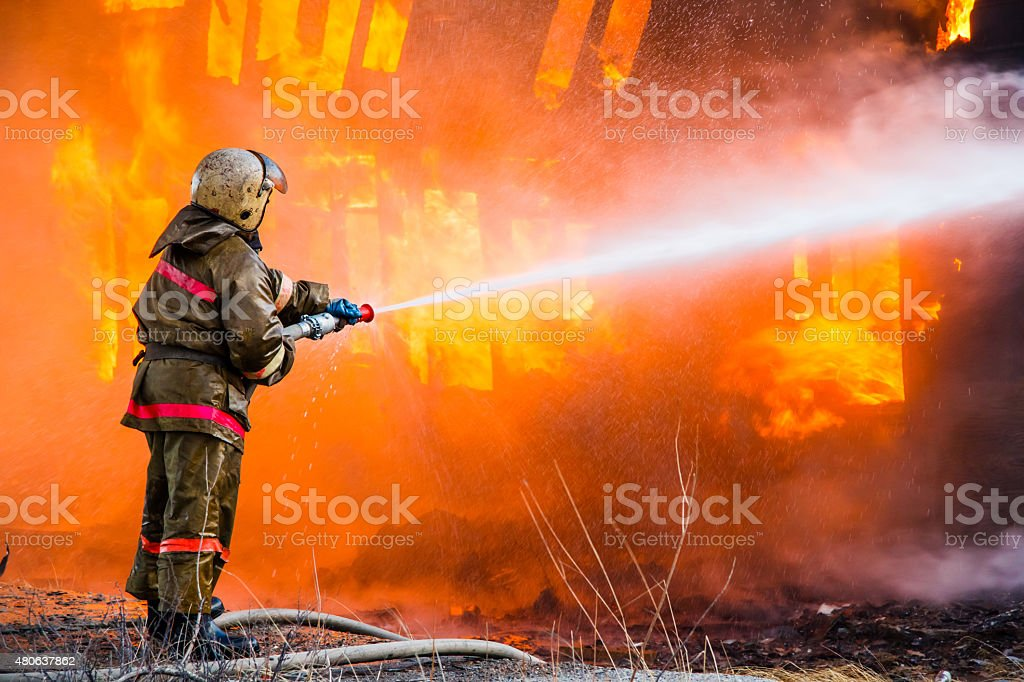 Fireman hohem Druck versprüht ein Feuer – Foto