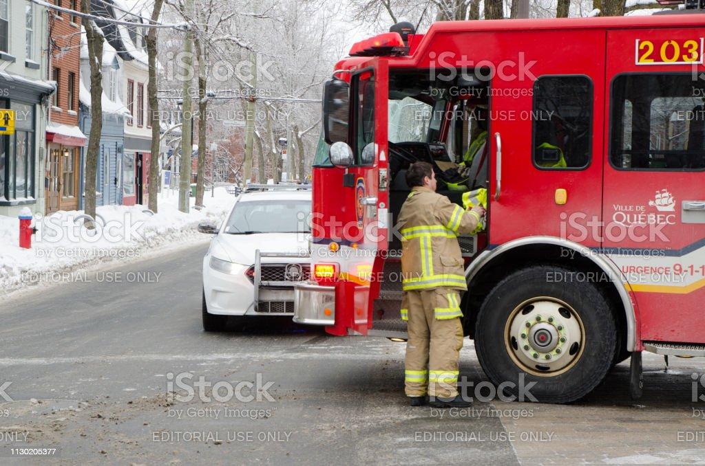 Feuerwehrmann immer wieder in Feuerwehrauto nach Intervention während Wintertag – Foto
