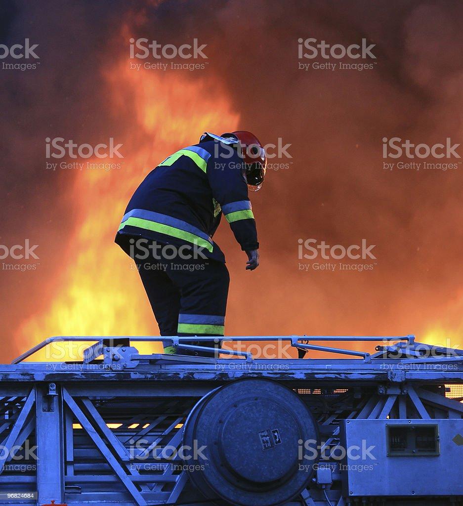 Bombeiros em acção relativamente arriscada - foto de acervo