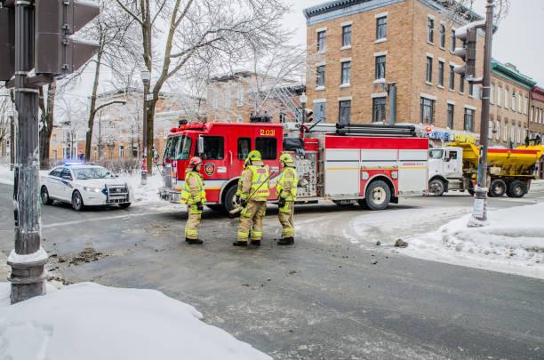Feuerwehrleute, die Reinigung der Straße nach Autounfall während Wintertag – Foto