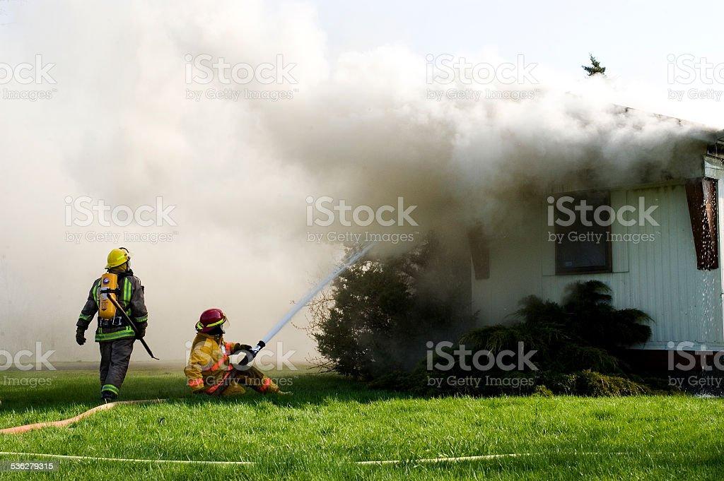 Bombeiros combate a incêndio residencial - foto de acervo